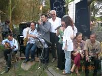 Các thành viên Hội Quán Hội Ngộ và gia đình nhạc sĩ Trịnh Công Sơn tổ chức buổi ca nhạc tại mộ của cố nhạc sĩ, nghĩa trang chùa Quảng Bình ngày 21-02-2007