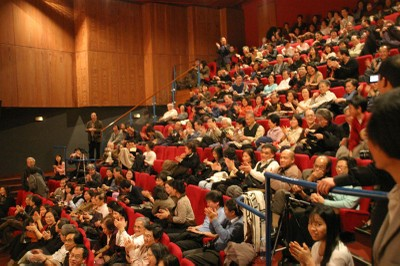 Khán giả Thính phòng Trường quốc gia âm nhạc Bourg-La-Reine, đêm 1-4-2006