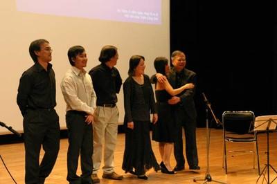 Huy Thiện, Xuân Thịnh , Thanh Hải, Hồng Anh, Hồng Nhung & Cao Huy Thuần tiển chào khán giả.