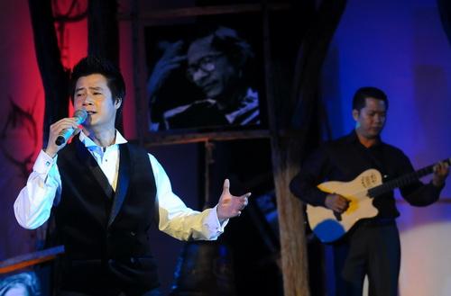 Ca sĩ Quang Dũng hát Biển nhớ - Ảnh: T.T.D.