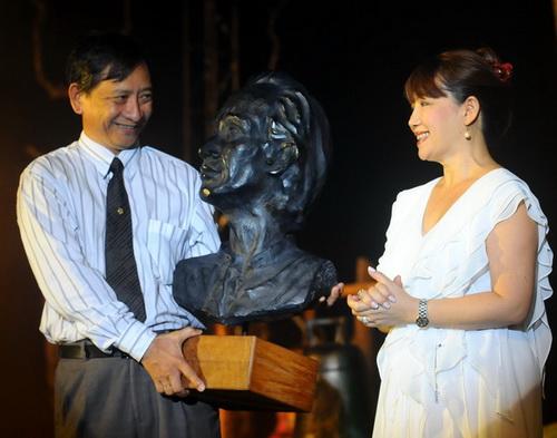 Ca sĩ Trịnh Vĩnh Trinh (phải) tặng tượng Trịnh Công Sơn cho khu du lịch Bình Qưới - Ảnh: T.T.D.
