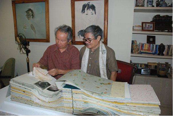 Hai nhà chiêm ngưỡng « sách » quý, nhà thơ choàng lụa thư và nhà kia mãi mân mê những khúc ca vô …giá. (Ảnh tư liệu Nguyễn Duy)