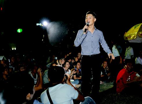chạy xuống sân khấu hát nhạc Trịnh cùng khán giả: Ảnh: Lý Võ Phú Hưng.