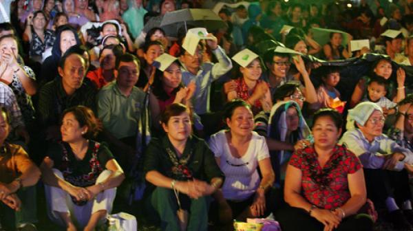Dù 2 lần trời mưa nhưng khán giả vẫn trật tự theo dõi chương trình với sự say mê - Ảnh: Gia Tiến