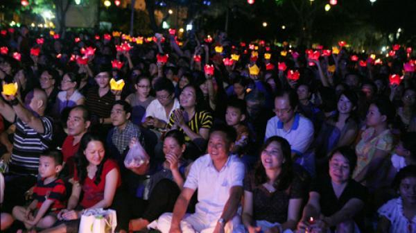 Khán giả thắp đèn hoa đăng