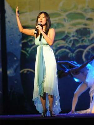 Nước lăn tăn trên phông nền sân khấu trong ca khúc Thuở Bống là người của Hồng Nhung