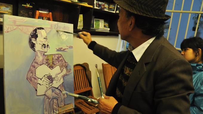 vẽ chân dung Trịnh Công Sơn theo trường phái upsidedownism tại gác Trịnh - Ảnh: Tiến Long