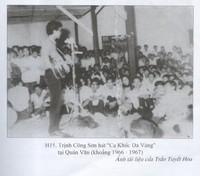 """Trịnh Công Sơn hát """"Ca Khúc Da Vàng"""" tại Quán Văn, khỏang 1966-19967. Ảnh tài liệu của Trần Tuyết Hoa, trích từ sách """"Có một thời như thế"""", Nguyễn Đắc Xuân, NXB Văn học."""