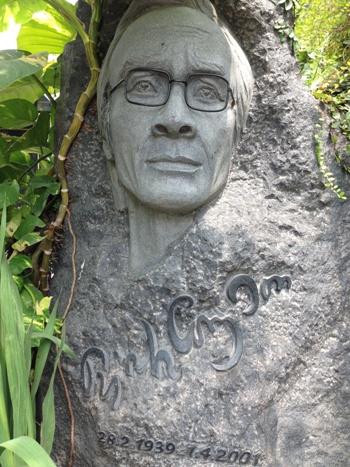 Một góc nhìn mộ Trịnh Công Sơn