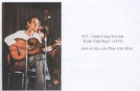 """Trịnh Công Sơn hát """"Kinh Việt Nam"""", 1971. Ảnh tư liệu Phan Văn Bình, trích từ sách """"Có một thời như thế"""", Nguyễn Đắc Xuân, NXB Văn học."""